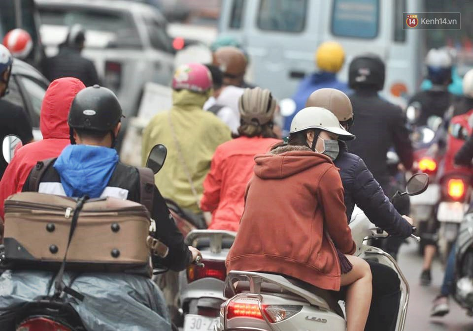 Hà Nội: Người dân vừa chạy xe vừa ngáp ngắn ngáp dài trong buổi sáng làm việc đầu tiên sau kỳ nghỉ Tết Kỷ Hợi - Ảnh 11.