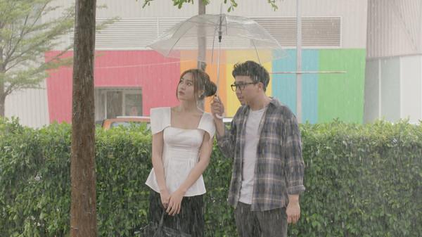 Mặc lùm xùm bị 'chơi xấu', 'Cua lại vợ bầu' vẫn trở thành phim Việt cán mốc trăm tỷ nhanh nhất: 108,9 tỷ sau 6 ngày công chiếu 2
