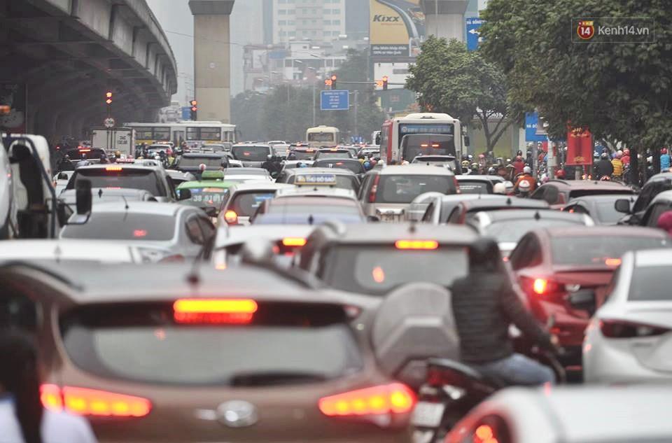 Hà Nội: Người dân vừa chạy xe vừa ngáp ngắn ngáp dài trong buổi sáng làm việc đầu tiên sau kỳ nghỉ Tết Kỷ Hợi - Ảnh 3.