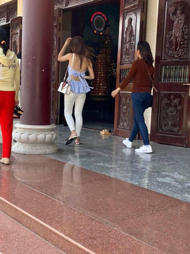 Cô gái trẻ mặc váy mỏng, hở cả nửa phần lưng đi lễ chùa dịp đầu năm khiến nhiều người phải nhíu mày bức xúc - Ảnh 5.