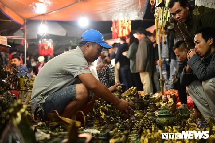 Vạn người chen nhau 'mua may bán rủi' trong đêm ở phiên chợ mỗi năm chỉ mở một lần