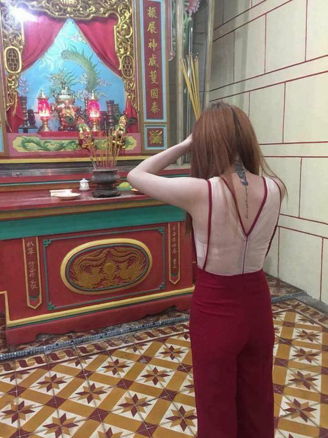 Cô gái trẻ mặc váy mỏng, hở cả nửa phần lưng đi lễ chùa dịp đầu năm khiến nhiều người phải nhíu mày bức xúc - Ảnh 2.