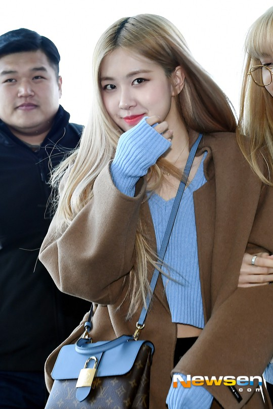 Dàn sao Hàn đình đám đổ bộ sân bay ngày Valentine: Black Pink đọ sắc Park Min Young, Park Bo Gum quá bảnh - Ảnh 7.