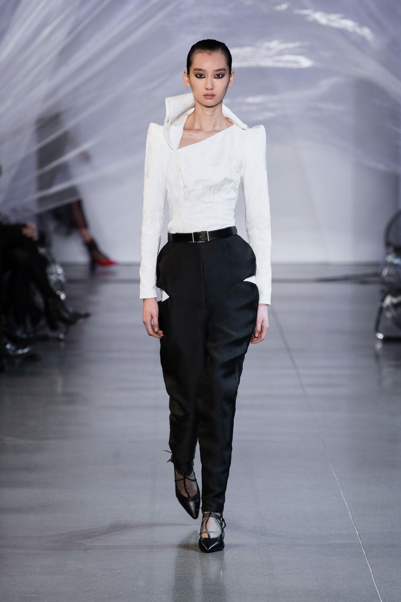 VOGUE Mỹ, VOGUE Tây Ban Nha và hàng loạt tạp chí thời trang thế giới đồng loạt đưa tin về show diễn PHUONG MY tại NYFW - Ảnh 13.