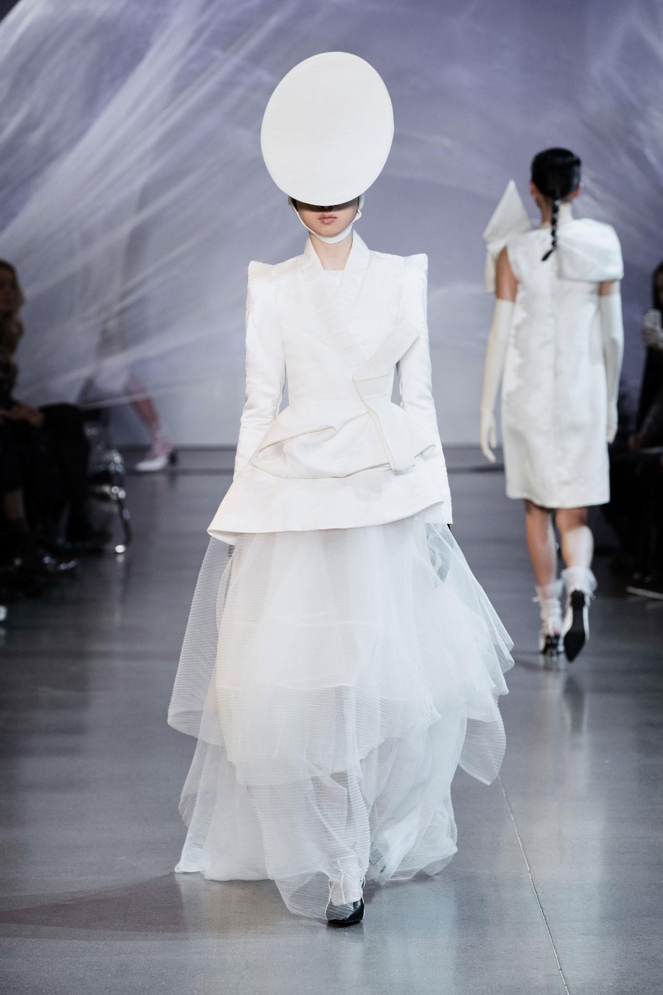 VOGUE Mỹ, VOGUE Tây Ban Nha và hàng loạt tạp chí thời trang thế giới đồng loạt đưa tin về show diễn PHUONG MY tại NYFW - Ảnh 10.