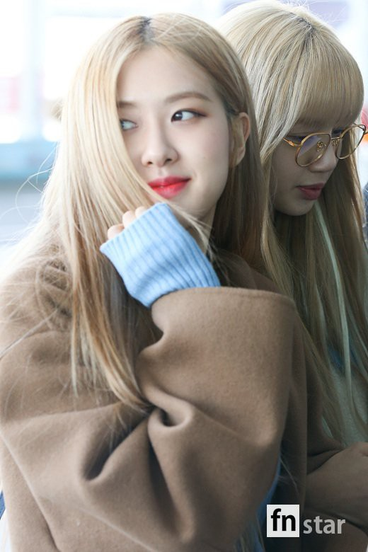 Dàn sao Hàn đình đám đổ bộ sân bay ngày Valentine: Black Pink đọ sắc Park Min Young, Park Bo Gum quá bảnh - Ảnh 8.