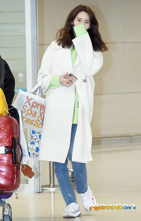 Màn đọ dáng tại sân bay gây thất vọng: Yoona dẹo người vì chân cong, Park Seo Joon già nua bất ngờ - Ảnh 2.