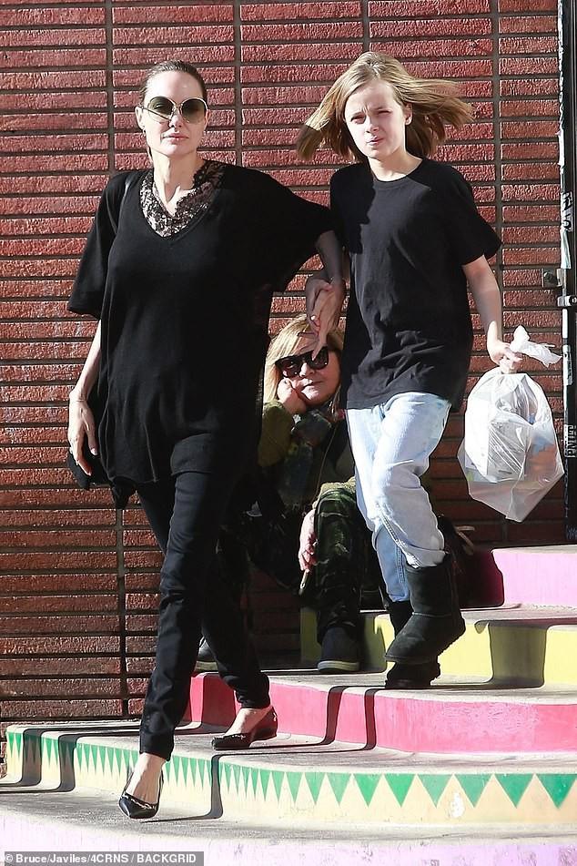 Bị đồn suy sụp vì Brad Pitt hẹn hò đối thủ, Angelina lại xuất hiện bên con với biểu cảm một trời một vực - Ảnh 1.