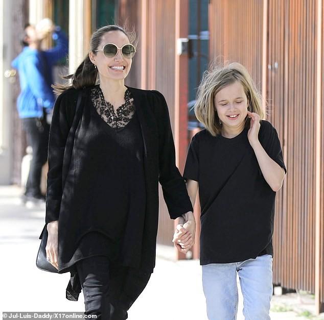 Bị đồn suy sụp vì Brad Pitt hẹn hò đối thủ, Angelina lại xuất hiện bên con với biểu cảm một trời một vực - Ảnh 7.