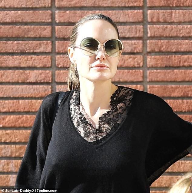 Bị đồn suy sụp vì Brad Pitt hẹn hò đối thủ, Angelina lại xuất hiện bên con với biểu cảm một trời một vực - Ảnh 8.