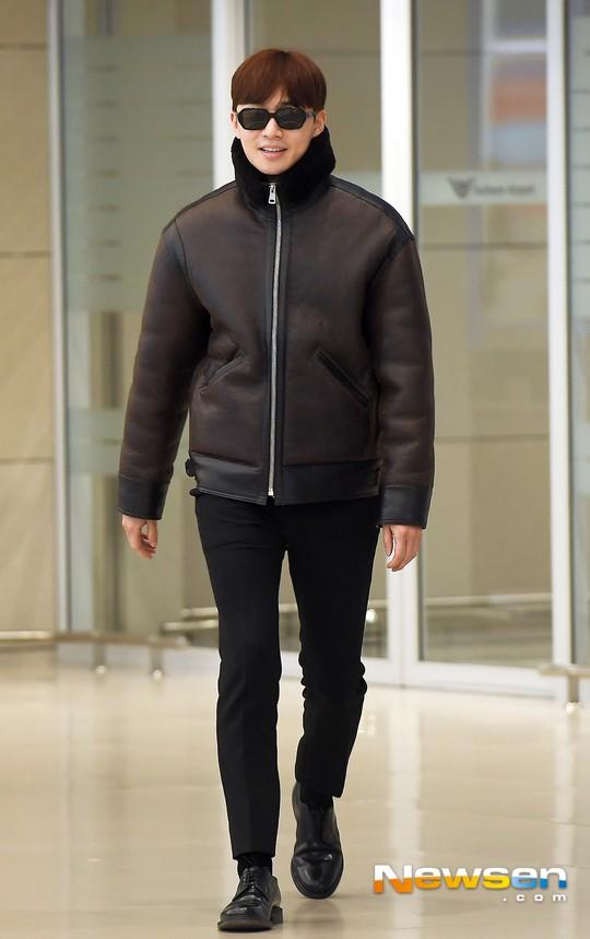 Màn đọ dáng tại sân bay gây thất vọng: Yoona dẹo người vì chân cong, Park Seo Joon già nua bất ngờ - Ảnh 5.