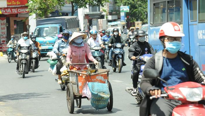 Người dân TP Hồ Chí Minh 'khổ sở' dưới tiết trời nắng nóng