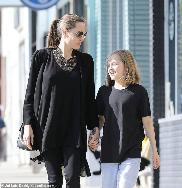 Bị đồn suy sụp vì Brad Pitt hẹn hò đối thủ, Angelina lại xuất hiện bên con với biểu cảm một trời một vực - Ảnh 6.