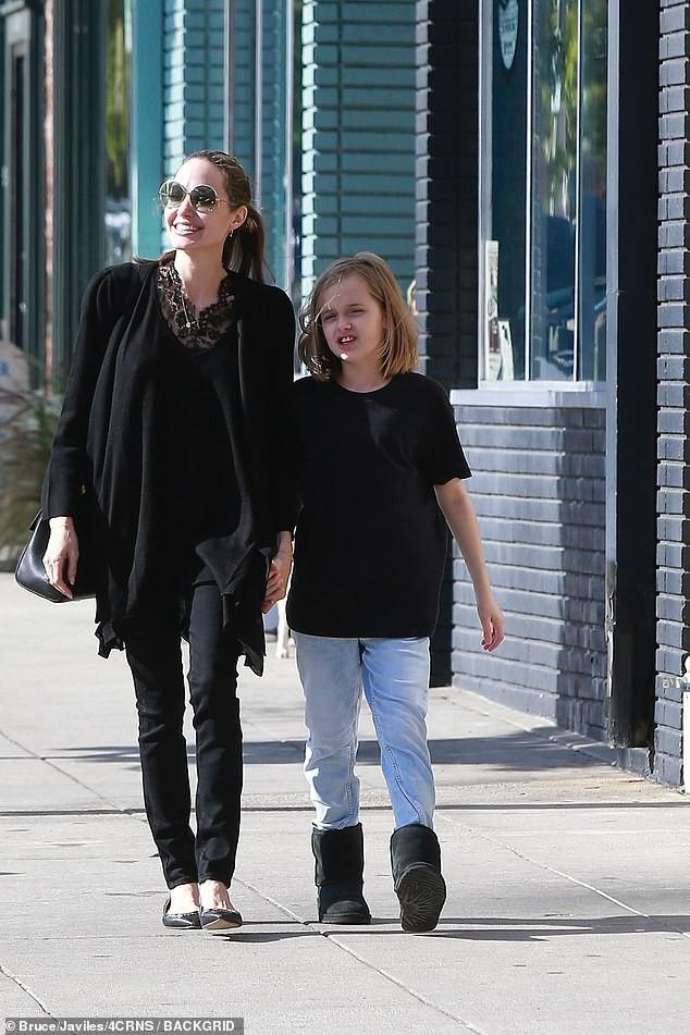 Bị đồn suy sụp vì Brad Pitt hẹn hò đối thủ, Angelina lại xuất hiện bên con với biểu cảm một trời một vực - Ảnh 5.