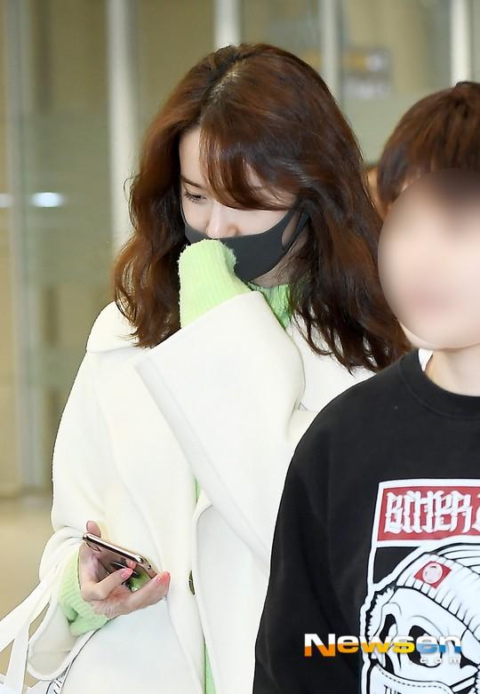 Màn đọ dáng tại sân bay gây thất vọng: Yoona dẹo người vì chân cong, Park Seo Joon già nua bất ngờ - Ảnh 4.