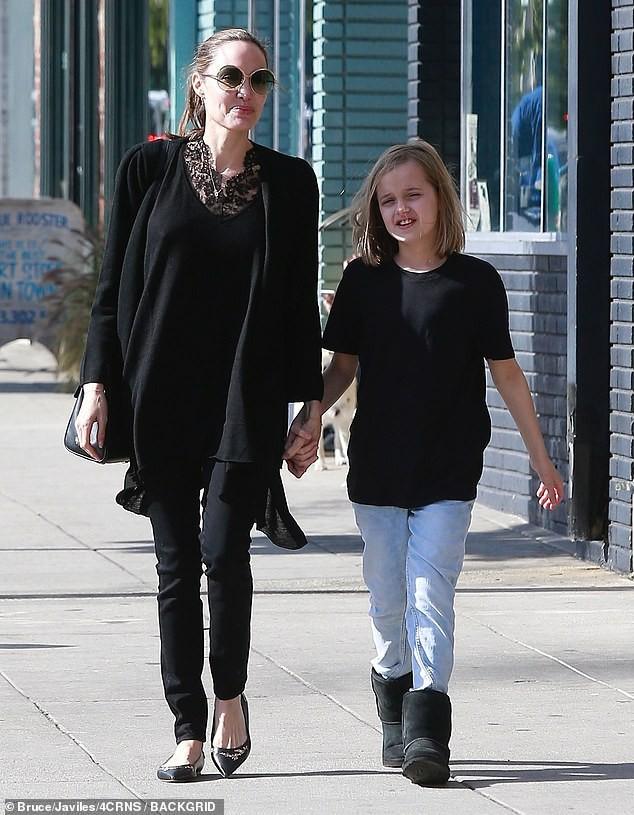 Bị đồn suy sụp vì Brad Pitt hẹn hò đối thủ, Angelina lại xuất hiện bên con với biểu cảm một trời một vực - Ảnh 4.