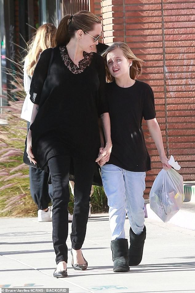 Bị đồn suy sụp vì Brad Pitt hẹn hò đối thủ, Angelina lại xuất hiện bên con với biểu cảm một trời một vực - Ảnh 3.