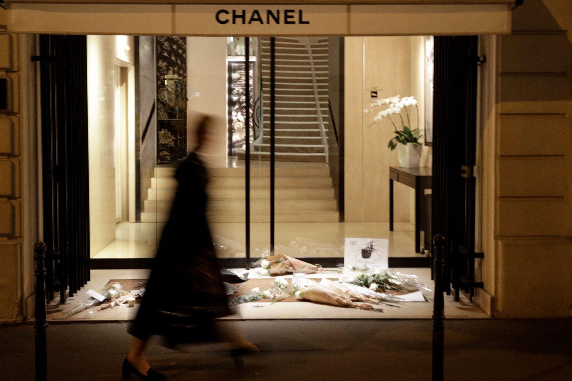 Người hâm mộ đau buồn, dâng hoa tưởng nhớ NTK Karl Lagerfeld tại cửa hàng của Chanel tại Paris - Ảnh 5.