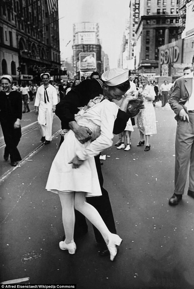 Nụ hôn ở Quảng trường Thời đại bị chỉ trích là quấy rối tình dục sau hơn 7 thập kỷ từ Thế chiến II - Ảnh 2.