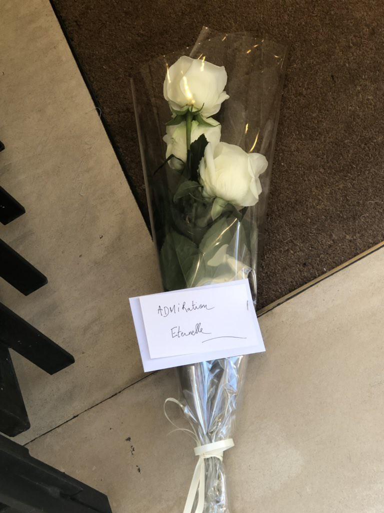 Người hâm mộ đau buồn, dâng hoa tưởng nhớ NTK Karl Lagerfeld tại cửa hàng của Chanel tại Paris - Ảnh 4.