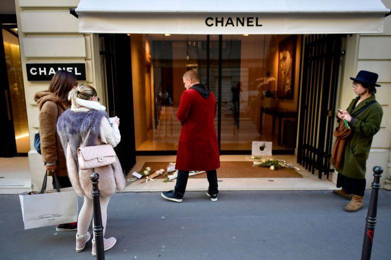 Người hâm mộ đau buồn, dâng hoa tưởng nhớ NTK Karl Lagerfeld tại cửa hàng của Chanel tại Paris - Ảnh 6.