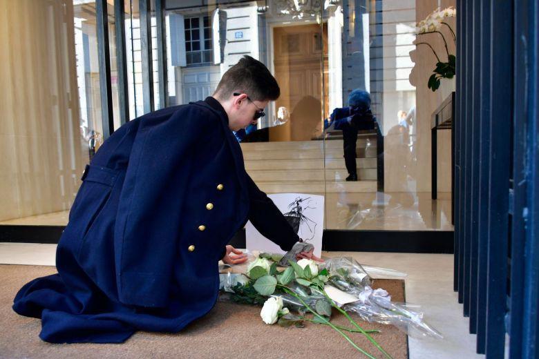 Người hâm mộ đau buồn, dâng hoa tưởng nhớ NTK Karl Lagerfeld tại cửa hàng của Chanel tại Paris - Ảnh 3.