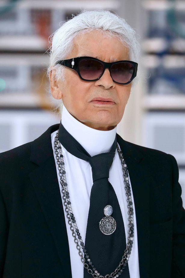 Người hâm mộ đau buồn, dâng hoa tưởng nhớ NTK Karl Lagerfeld tại cửa hàng của Chanel tại Paris - Ảnh 1.