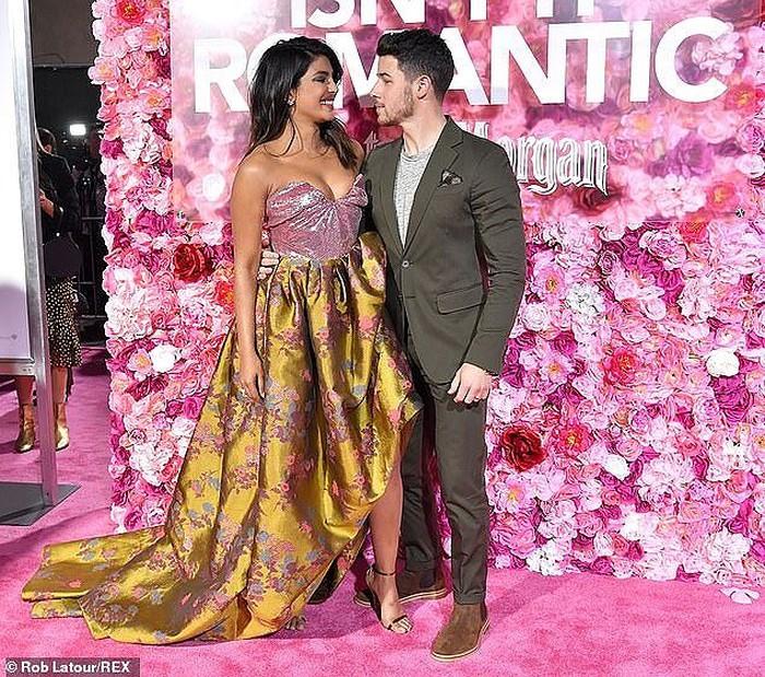 Hoa hậu Thế giới 2000 và chồng trẻ 'khóa môi' đắm đuối ở nơi công cộng