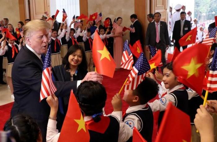 Tổng thống Mỹ vẫy cờ Việt Nam khi gặp Thủ tướng Nguyễn Xuân Phúc