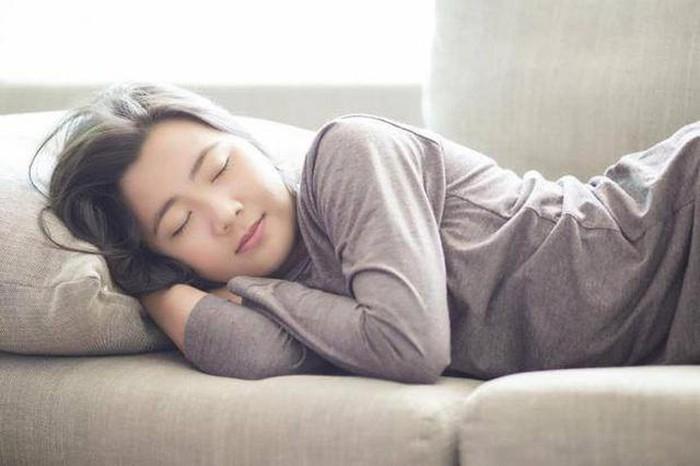 Thức đêm ngủ bù ban ngày gây hại cho sức khỏe tới mức nào?