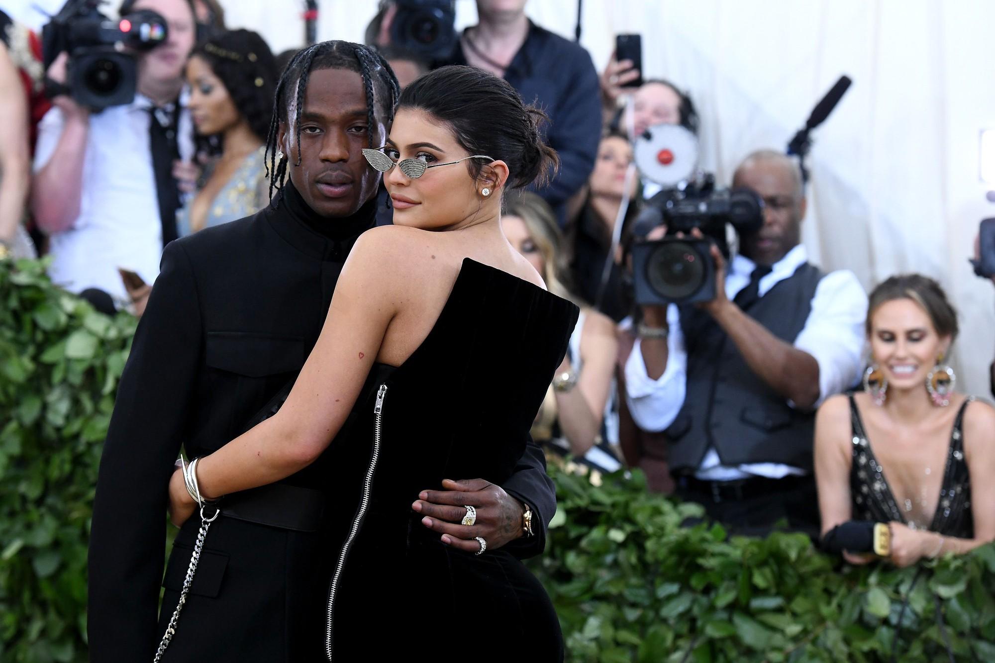 Tiếp tục drama chị em nhà Kim: Hết chị gái bị cắm sừng, lại đến Kylie Jenner phát hiện bạn trai ngoại tình? - Ảnh 3.