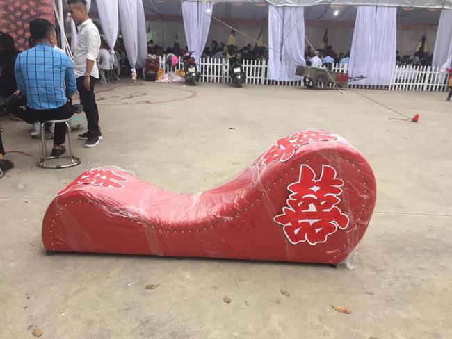 Vác ghế tình yêu đến tặng đôi bạn thân trong ngày cưới, anh chàng khiến tất cả khách mời ngượng chín mặt - Ảnh 1.