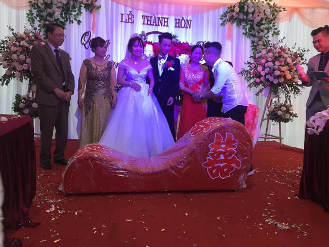 Vác ghế tình yêu đến tặng đôi bạn thân trong ngày cưới, anh chàng khiến tất cả khách mời ngượng chín mặt - Ảnh 2.