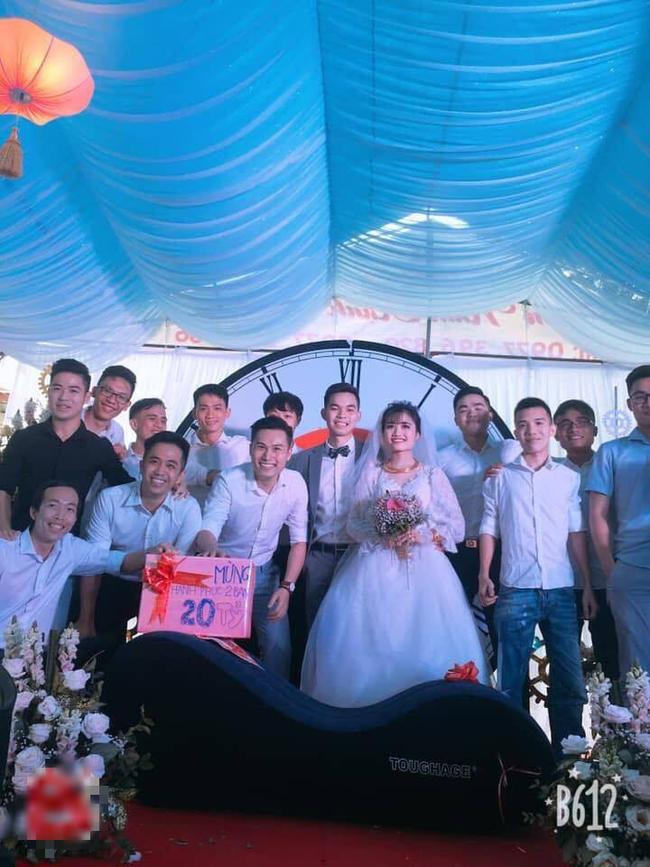 Vác ghế tình yêu đến tặng đôi bạn thân trong ngày cưới, anh chàng khiến tất cả khách mời ngượng chín mặt - Ảnh 4.