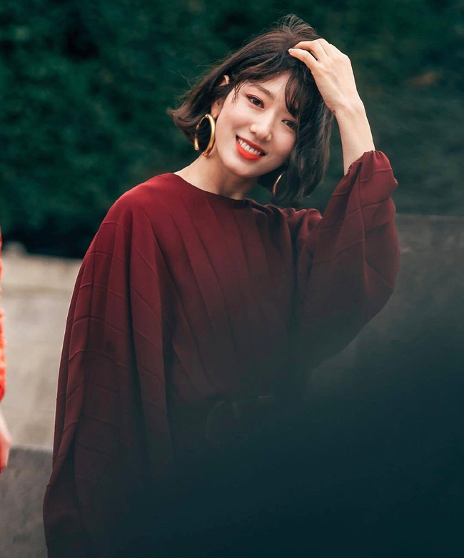 """Cái giá của sự sành điệu: Tai Park Shin Hye chảy xệ thấy rõ chỉ vì đôi khuyên tai size """"khủng"""" - Ảnh 2."""