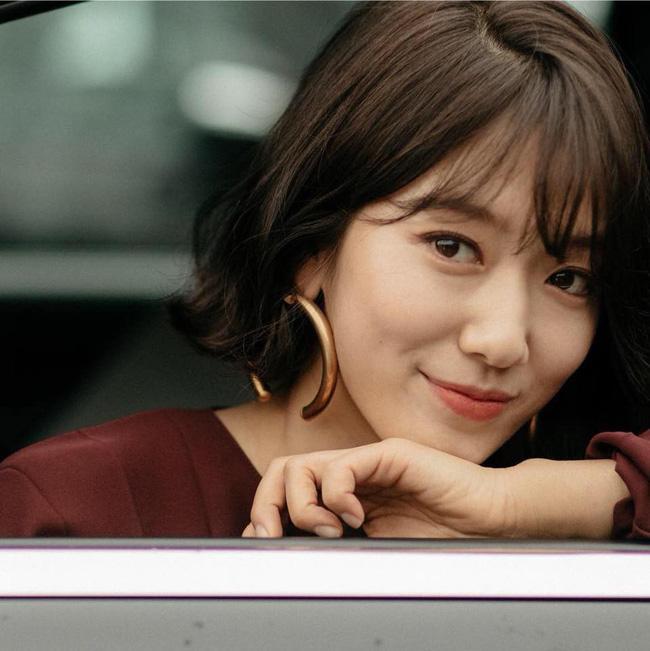 """Cái giá của sự sành điệu: Tai Park Shin Hye chảy xệ thấy rõ chỉ vì đôi khuyên tai size """"khủng"""" - Ảnh 3."""
