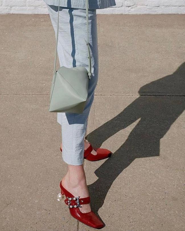 Đã đến lúc những đôi boots thời thượng nhường chỗ cho 4 mẫu giày công sở cách điệu xinh xắn này - Ảnh 6.