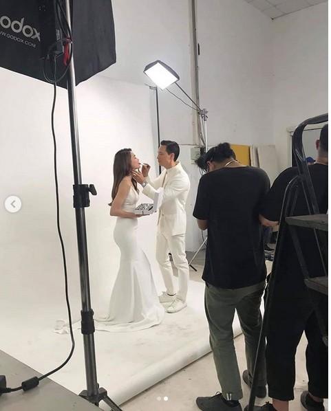 Xôn xao hình ảnh được cho là cảnh hậu trường chụp ảnh cưới của Kim Lý - Hà Hồ? - Ảnh 1.