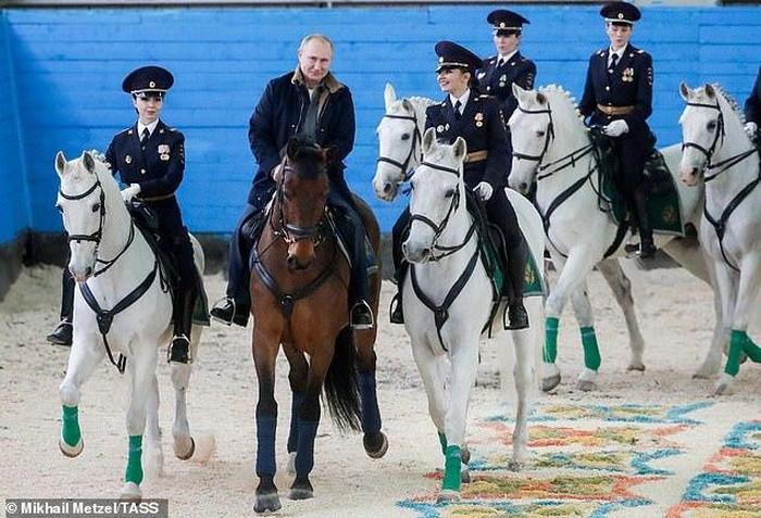 Tổng thống Putin cưỡi ngựa cùng các nữ cảnh sát nhân dịp 8/3