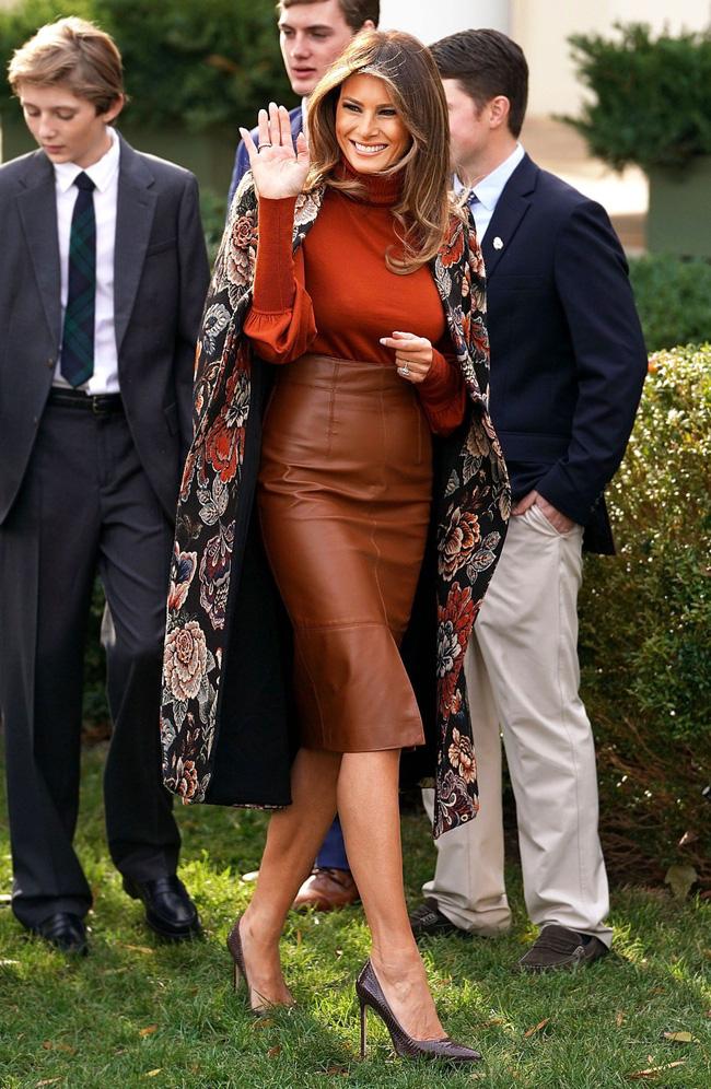 Phu nhân Tổng thống Mỹ - bà Melania Trump vẫn mặc đầm ôm sát bất chấp cả việc lộ nhược điểm vóc dáng - Ảnh 1.