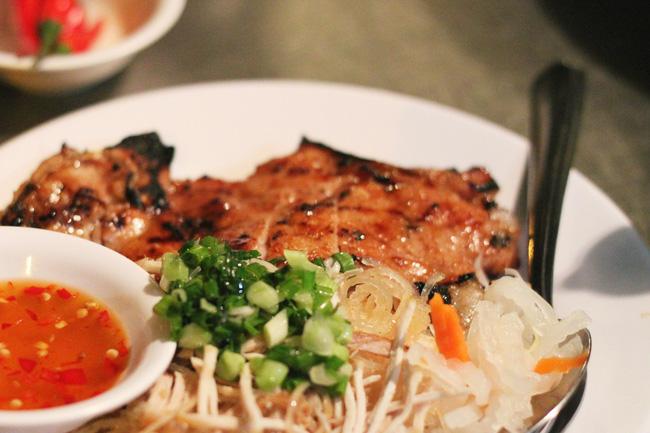 Sài Gòn có những quán ăn thách thức thực khách nhưng chẳng ai thấy phiền, thậm chí còn chưa bao giờ bớt... đông - Ảnh 2.