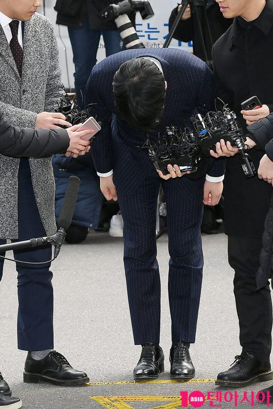 Clip Seungri chính thức trình diện để thẩm vấn: Vẫn đi xe sang nhưng tiều tuỵ hẳn, mắt đỏ rưng rưng xin lỗi nạn nhân - Ảnh 7.