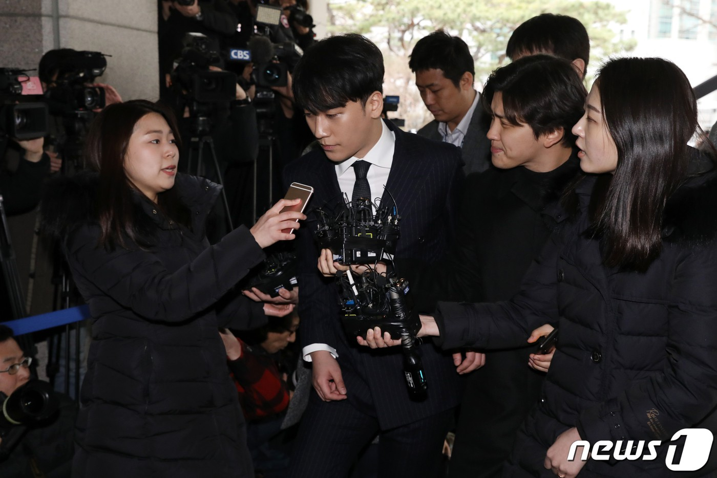 Clip Seungri chính thức trình diện để thẩm vấn: Vẫn đi xe sang nhưng tiều tuỵ hẳn, mắt đỏ rưng rưng xin lỗi nạn nhân - Ảnh 19.