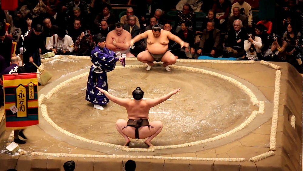 Phụ nữ không dược bước chân vào các sân đấu Sumo.
