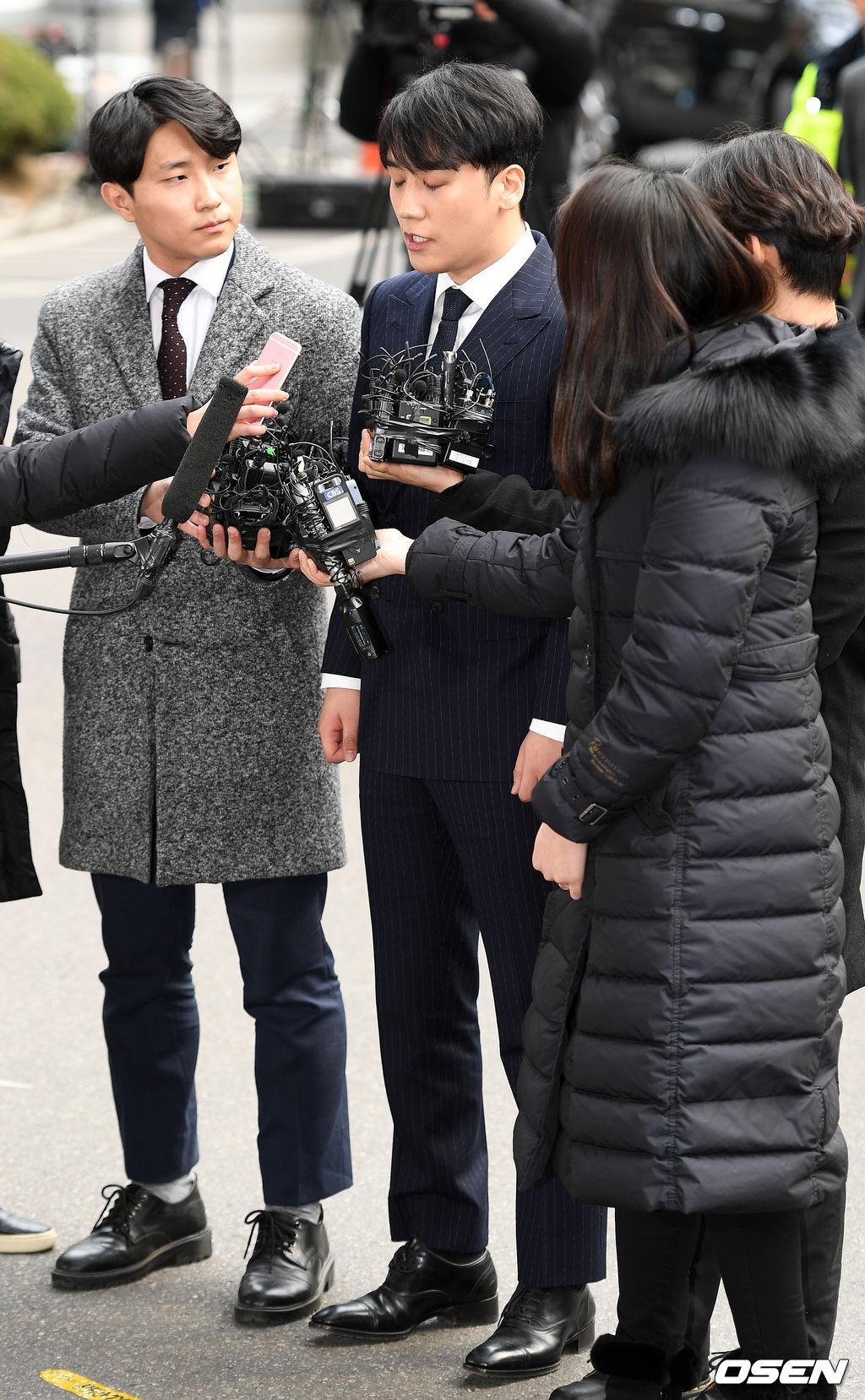 Clip Seungri chính thức trình diện để thẩm vấn: Vẫn đi xe sang nhưng tiều tuỵ hẳn, mắt đỏ rưng rưng xin lỗi nạn nhân - Ảnh 11.