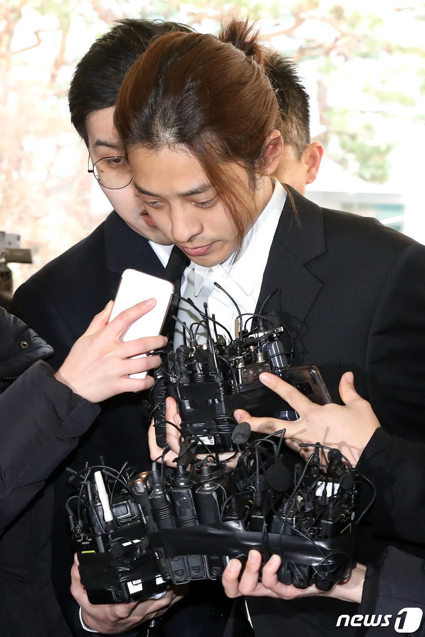 Loạt điểm giống nhau khó tin giữa Seungri và Jung Joon Young: Ngoại hình, sở thích xem phim 18+ đến vẻ mặt nhìn sao nữ - Ảnh 21.