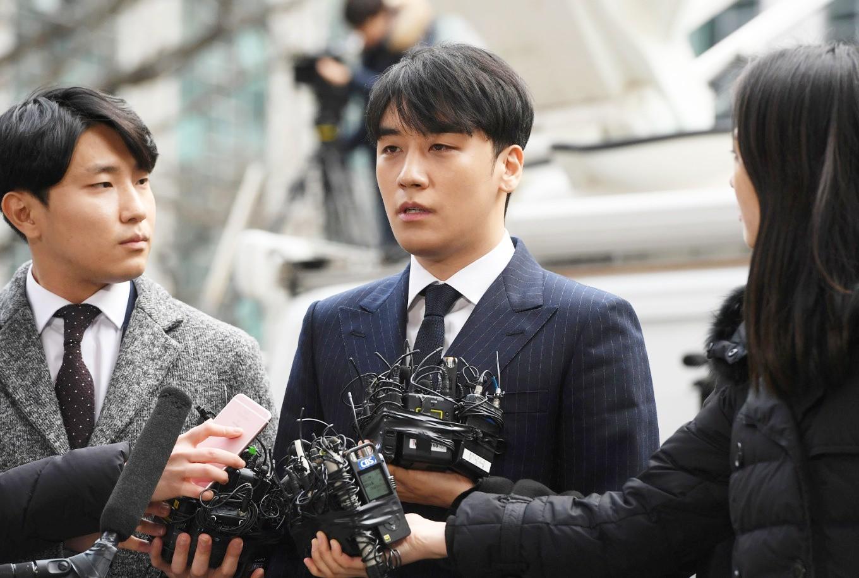 Khẳng định vô tội, Seungri tiếp tục bị 2 đài lớn đập lại bằng chứng kinh doanh phi pháp trong loạt club người lớn - Ảnh 1.
