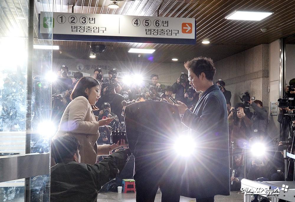 Jung Joon Young trình diện thẩm vấn trước khi bị bắt: Bật khóc nhận tội nhưng lại là cảnh cầm giấy xin lỗi quen thuộc - Ảnh 5.