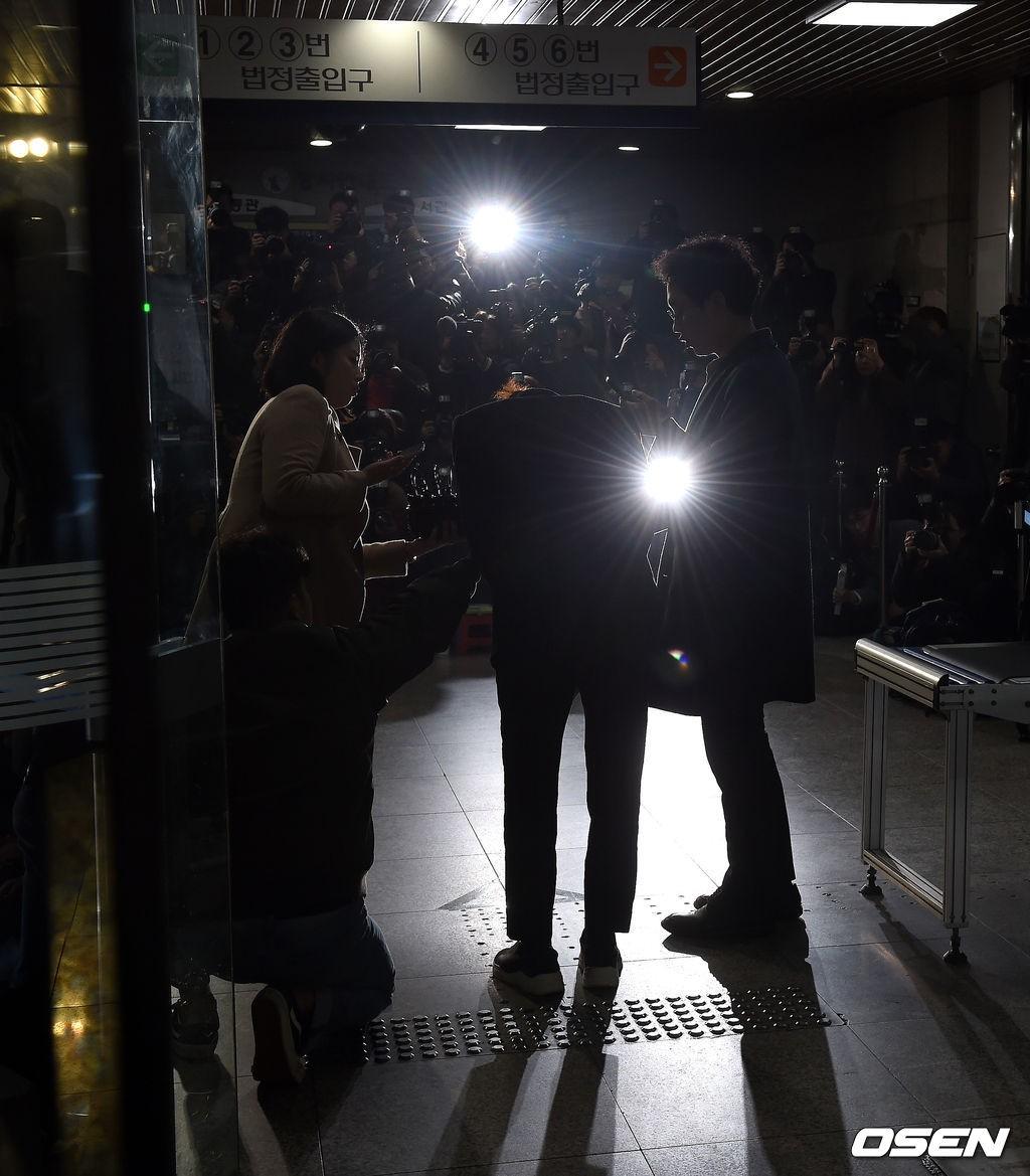 Jung Joon Young trình diện thẩm vấn trước khi bị bắt: Bật khóc nhận tội nhưng lại là cảnh cầm giấy xin lỗi quen thuộc - Ảnh 4.