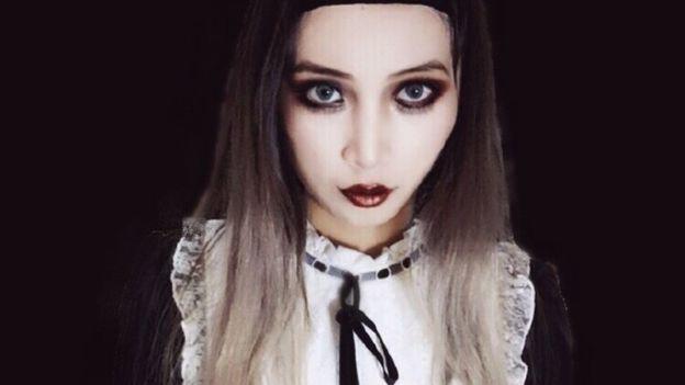 Giới trẻ Trung Quốc chuyển sang makeup môi thâm, mắt đậm để thể hiện sự tự do trong thời trang - Ảnh 2.
